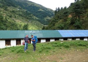"""Das Gebäude der Grundschule in Salabesi wurde repariert. Nun kann auch während des Monsuns im """"Trockenen"""" gelernt werden"""
