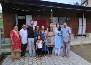 Von links nach rechts: (1) Eltern von Hasina (Patenkind), (2) Lukas, (3) Hasina mit Schwester, (4) zwei Betreuerinnen, (5) Pfarrer Nagendra mit Ehefrau Kaleswori