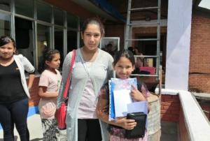 Shristi (Patenkind, rechts) freut sich über ein Geschenk ihrer deutschen Pateneltern