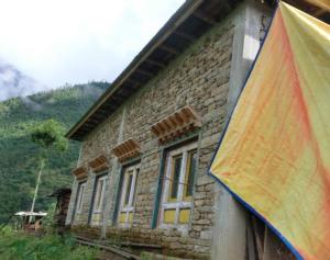 Das Haus der Familie Pemba Sherpa, bezugsfertig. Das Haus wurde mit Zement und Stahlträgern verstärkt