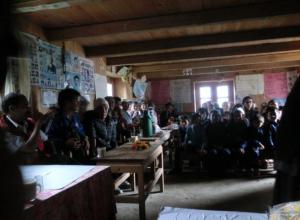 Die Dorfversammlung in Hewa wurde in dem Gebäude der Grundschule abgehalten
